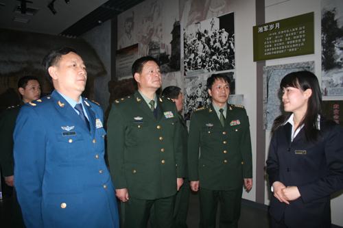 张永大_图为:周瑞华少将(左一),张永大少将(中)在参观展厅 赵娜