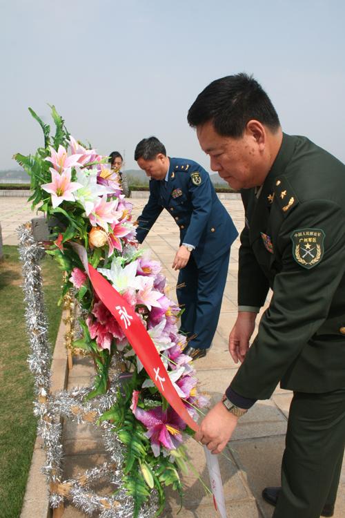 张永大_图为:周瑞华少将(右)和张永大少将向彭总铜像敬